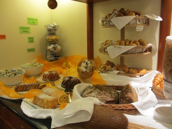 Suite Hotel 900 m zur Oper: Warm, home made bread