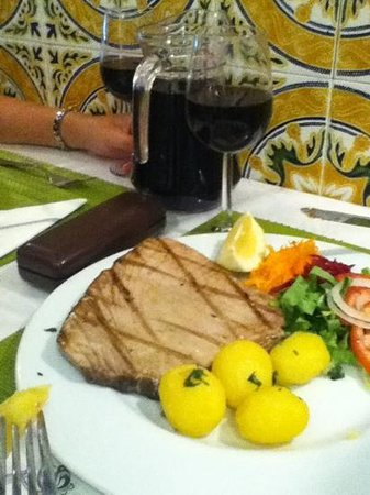 Dom Pipas: Tuna steak with a jug of house wine