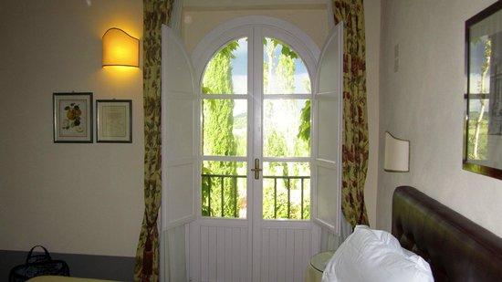 Agriturismo La Sovana : beautiful window in room