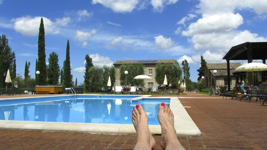 Agriturismo La Sovana : laying by the pool