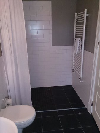 Reykjavik Residence Hotel : big shower area- powerful shower, nice and hot