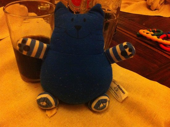 Restaurant Sakamanga : Sakamanga ( chat bleu ) - le jouet de ma fille à table - Cela faisait rire les serveurs
