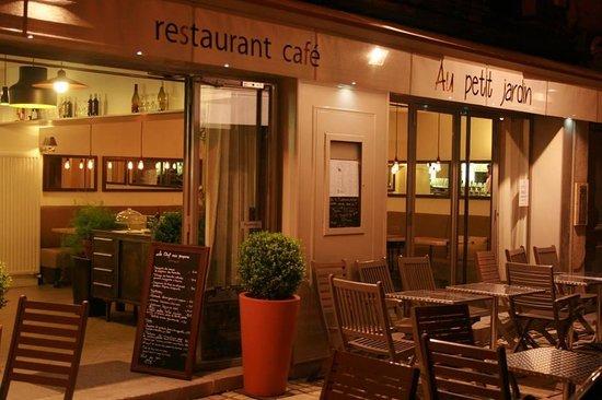 Vue du restaurant depuis le boulevard gambetta photo de for Le petit jardin uzes