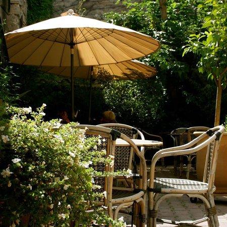 Foto de au petit jardin uzes baba au rhum tripadvisor for Au petit jardin uzes