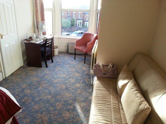 Angus Hotel: Room