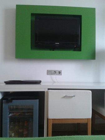 NH Campo Cartagena: TV y minibar