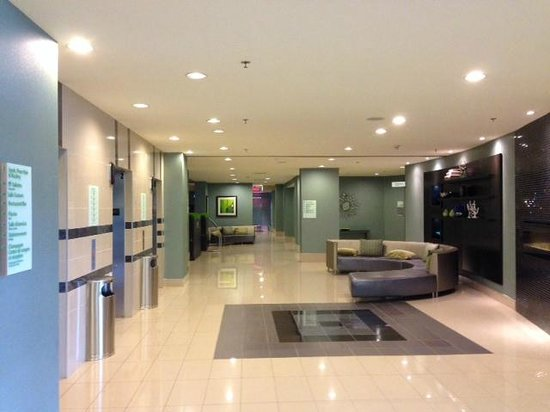 Holiday Inn Pointe Claire Montreal Airport : Lobby of the renovated HI in Pointe Claire