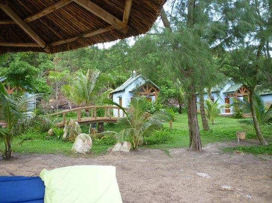 Ancarine Beach Resort : Bongalows vom Stand aus.