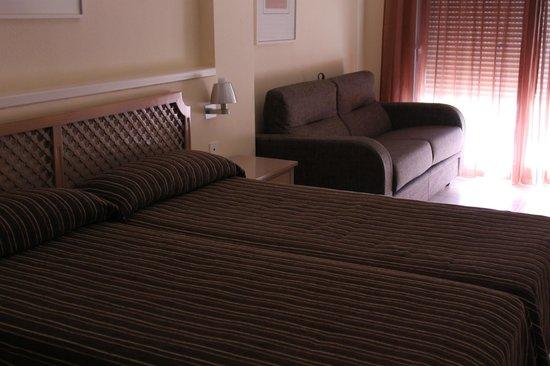 Los Delfines Hotel: Camas y sofá cama