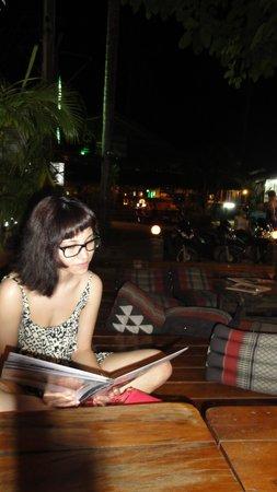 Lonely Beach Resort: Magali 1er soir etudie la carte