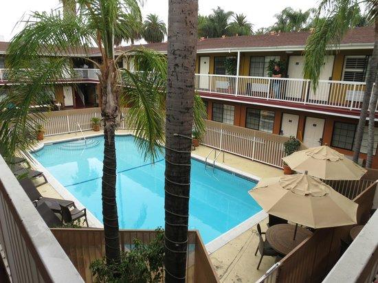 Saharan Motor Hotel: Piscina del hotel desde la terraza del primer piso
