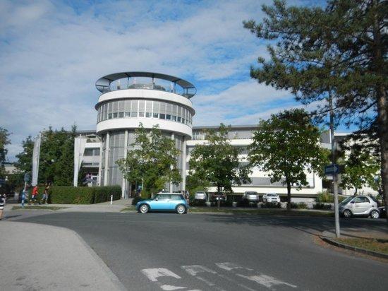 AllYouNeed Hotel Klagenfurt: Blick von der Bushaltestelle aufs Hotel