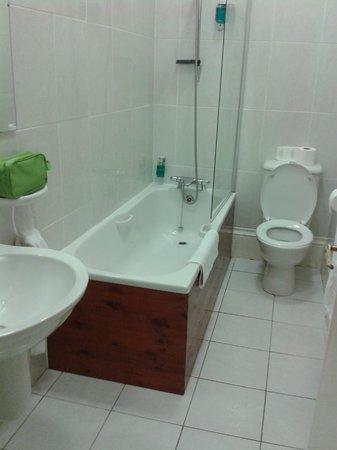 BEST WESTERN Willerby Manor Hotel: Shower & full size bath