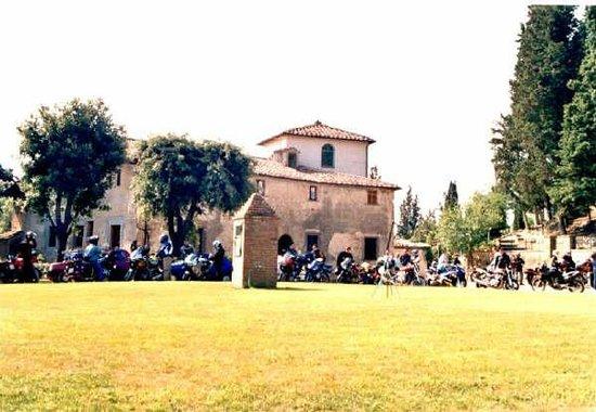Moto's Chianti B&B: nel borgo medievale di Lucardo alto la motolocanda, B&B per chi ama viaggiare su due ruote...