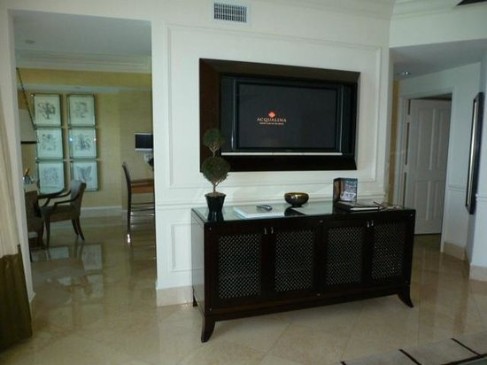 Acqualina Resort & Spa on the Beach: View from Living room to Dining area