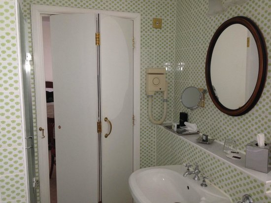 Trump Turnberry, A Luxury Collection Resort, Scotland : Check the bathroom door 70s era with lock missing