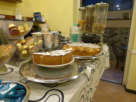 Hotel La Camogliese : breakfast - not used to cake for breakfast!