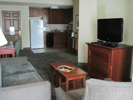Staybridge Suites New Orleans: Sitting area and kitchen outside of bedroom