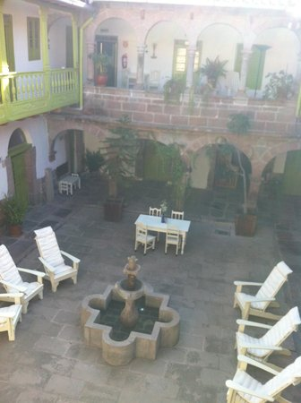 Ninos Hotel Meloc: Looking down on courtyard from upstairs.