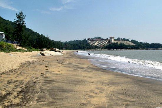 Hac Sa (Black Sand) Beach: Hac Sa beach left side (Westin Hotel is near)
