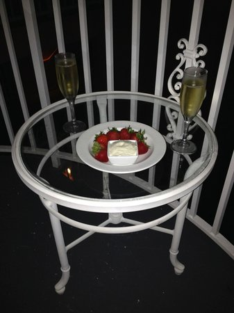 The Don CeSar: Champagne and strawberries