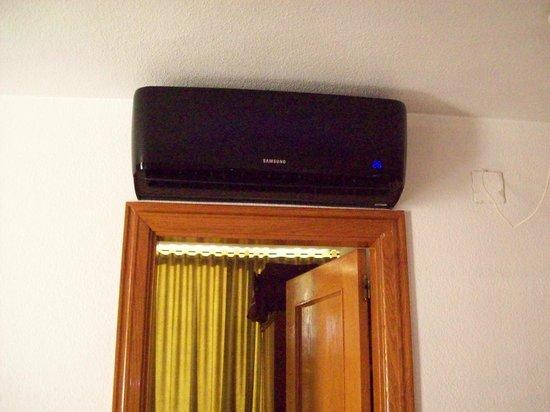 Apartamentos Maria Victoria: Aircon unit