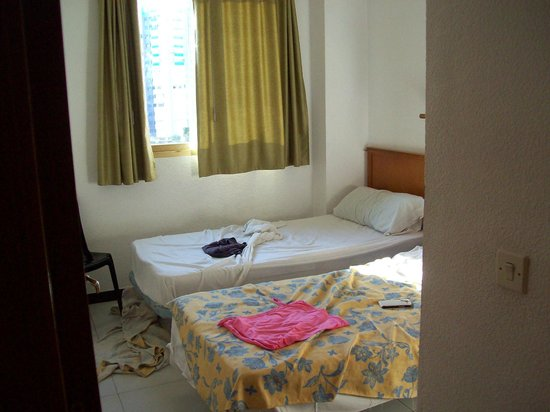 Apartamentos Maria Victoria: Large bedroom standing by front door