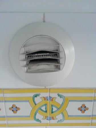 Hotel Mansart - Esprit de France : dusty fan in the bathroom