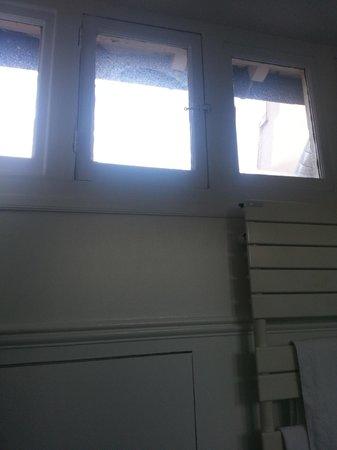 Hotel Mansart - Esprit de France : Windows have probably never been cleaned in our bathroom