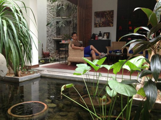 Frangipani Fine Arts Hotel: 中庭の池のそば
