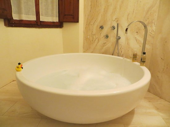 Il Paluffo - Main House B&B : Our round bath tub