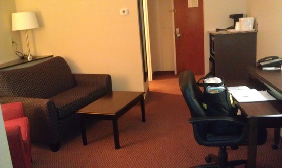 Comfort Suites Manchester: Sitting area with coffee maker and fridge
