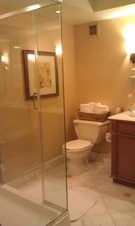Beau Rivage Resort & Casino Biloxi: Large bathroom with seprate shower/tub