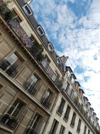 Hotel Beaubourg : Looking up from room 32 at Rue Simon le Franc