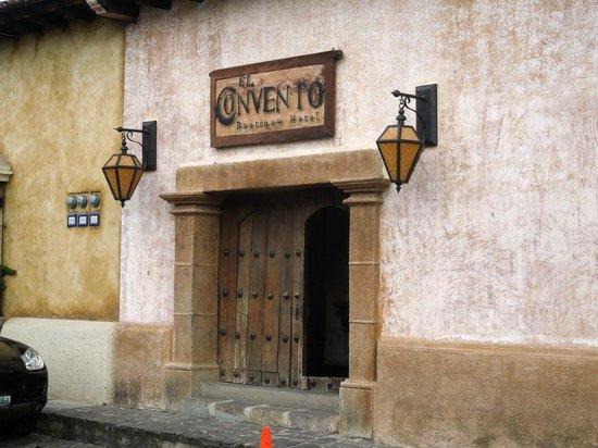 El Convento Boutique Hotel: Entrance to the El Convento and the Stiz restaurant