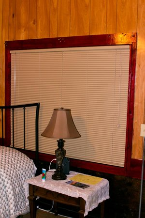 Gateway Inn & Cabins: no curtain but the brackets are there