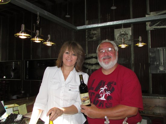 Kerrville Hills Winery: Brenda and Jim in the tasting room