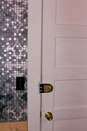 Gateway Inn & Cabins: old lock on bathroom door