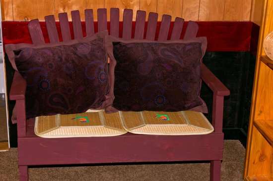 Gateway Inn & Cabins: the couch :)