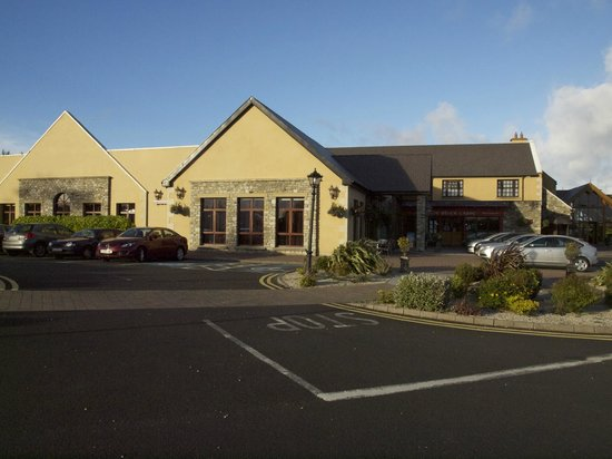 Silver Tassie Hotel & Spa: The Silver Tassie from car park