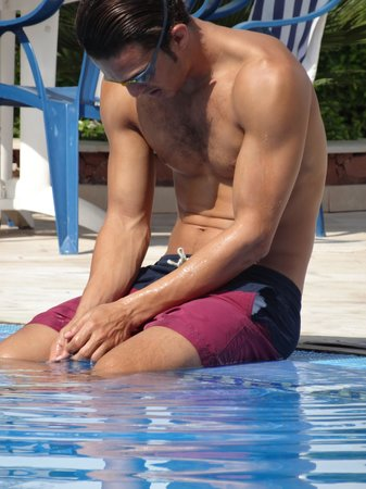 Golden Beach Appart-Hotel : pool attendent  before his morning swim