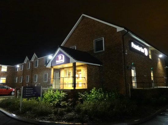 Premier Inn Uttoxeter Hotel : Frontage at night