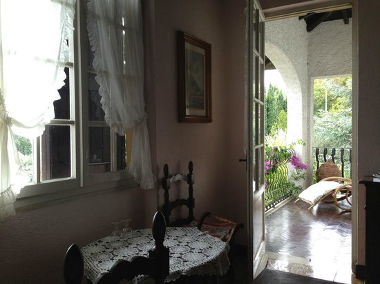 B&B La Scovola: Breakfast room with door leading to balcony
