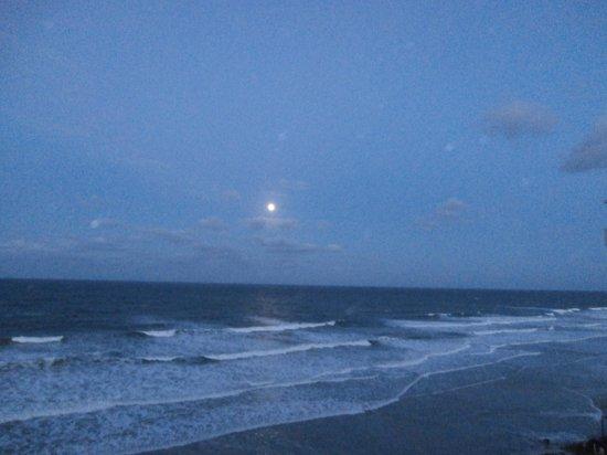 Emerald Shores Hotel: moonrise over Daytona Beach