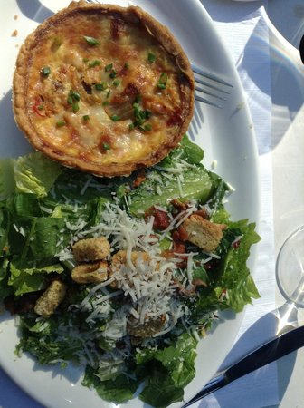 Restaurant 1640 : Quiche and salad