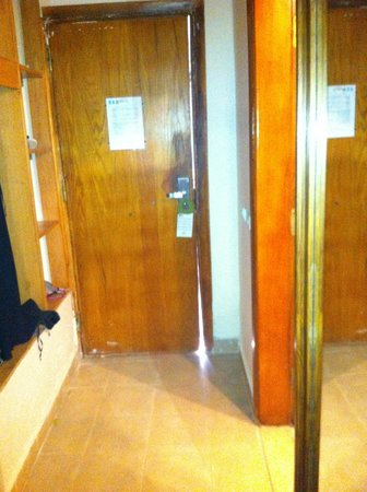 Panorama Bungalows Aqua Park Hurghada: door did not fit frame properly, letting in flies and mosquitos
