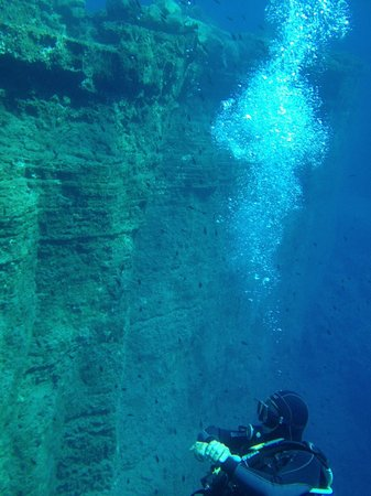 Aegean Divers Dive Center - Day Excursions: Wall Dive
