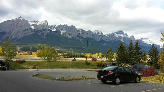 Holiday Inn Canmore: View from the Parking lot - Nice!