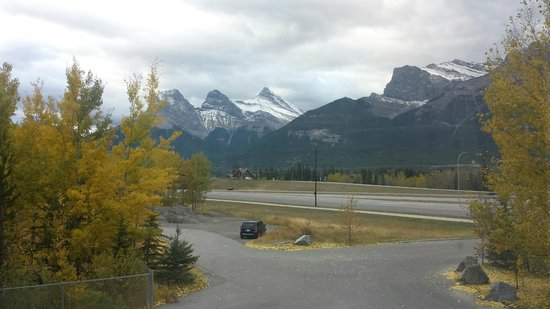 Holiday Inn Canmore: View from our room of the Three Sisters