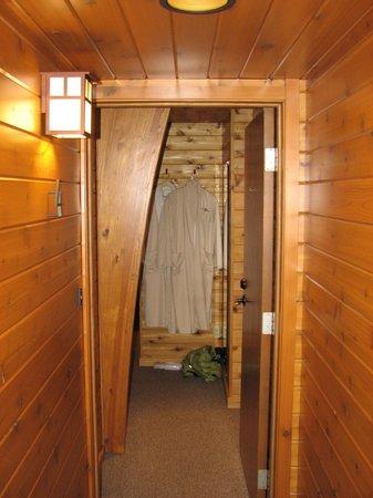 Canoe Bay : Entrance to the room.